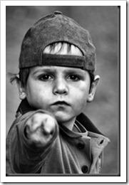 menino apontando o dedo