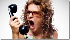 gritando no telefone